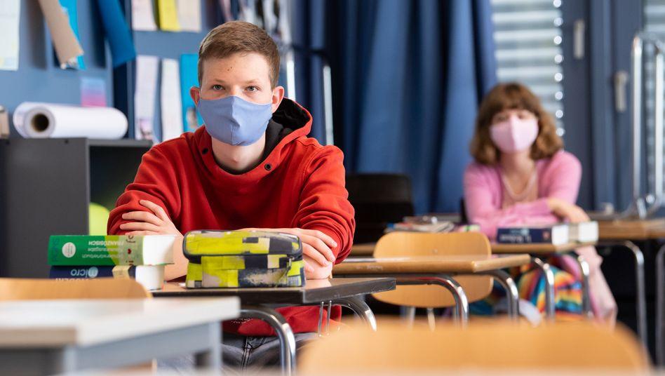 Schülerinnen und Schüler mit Maske im Unterricht (Symbolbild)