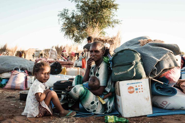 Geflüchtete Tigray-Familie in einem Camp im Sudan