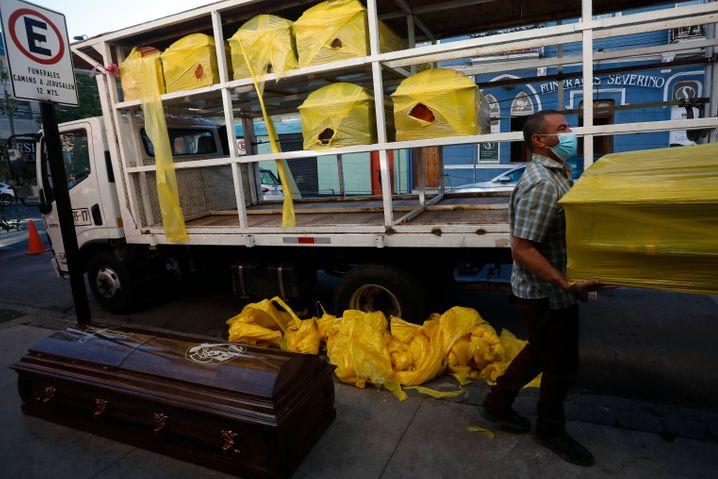 Bestatter entladen Särge von einem Lastwagen in Valparaiso, Chile