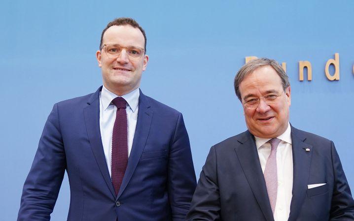 25.02.2020, Berlin: Jens Spahn (l), Gesundheitsminister, und Armin Laschet (beide CDU), Ministerpräsident von Nordrhein-Westfalen, stehen bei einer Pressekonferenz zu einer möglichen Kandidatur für den CDU-Vorsitz. Foto: Kay Nietfeld/dpa +++ dpa-Bildfunk +++   Verwendung weltweit