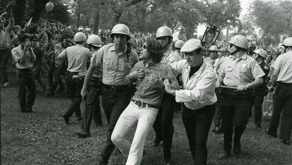 Polizei und Demonstranten am Rande des Parteitags der US-Demokraten 1968