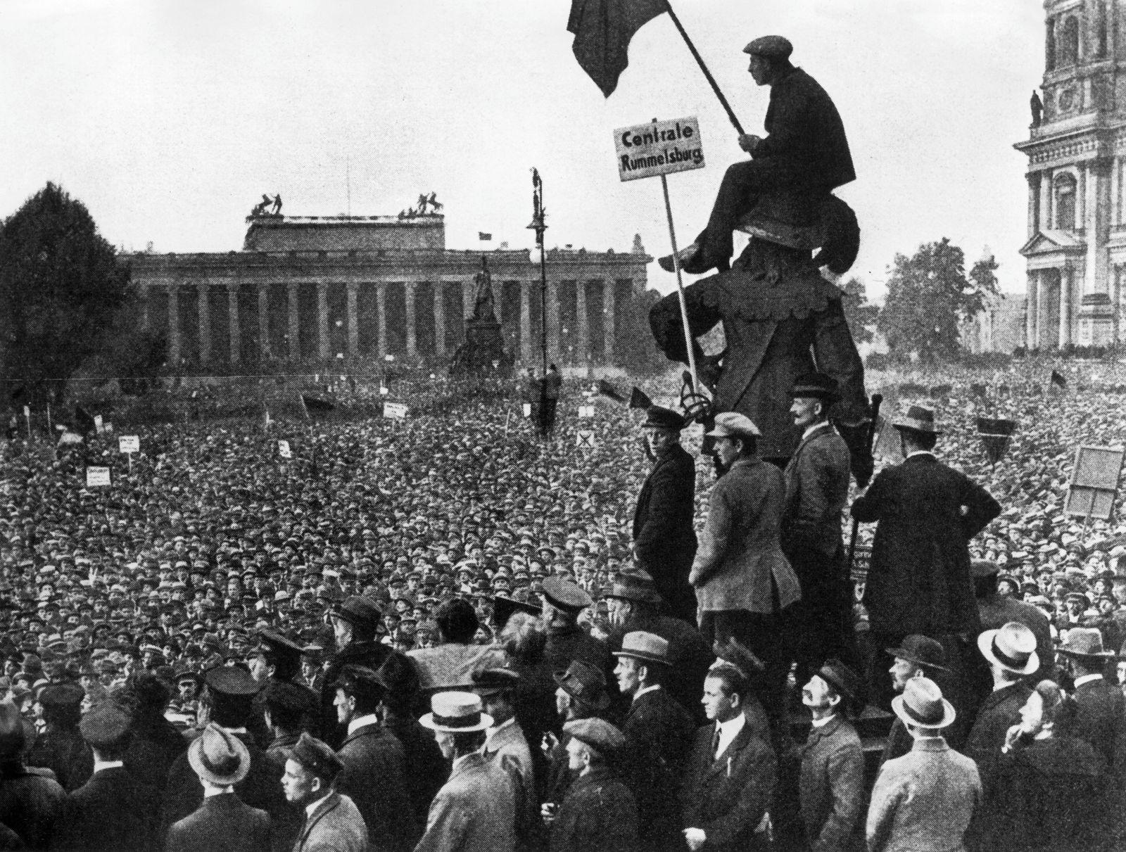 Protestkundgebung im Lustgarten anlässlich der Ermordung des Zentrumspolitikers Matthias Erzberger am Vortag