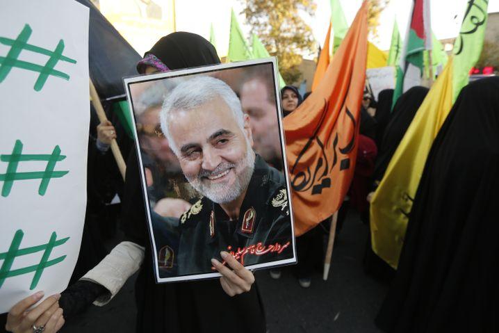 Iraner mit einem Porträt des getöteten Qasem Soleimani