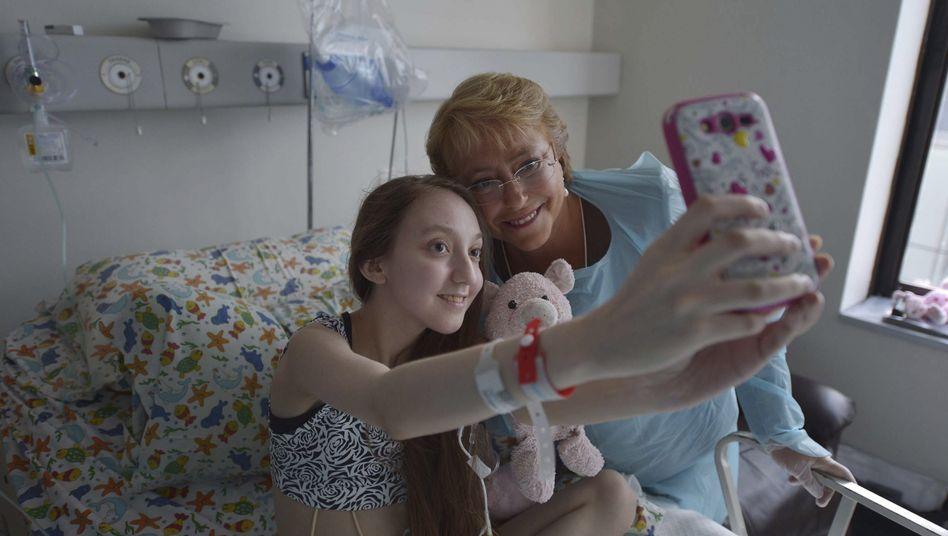 Valentina Maureira mit Chiles Staatspräsidentin Bachelet: Selfie am Krankenbett