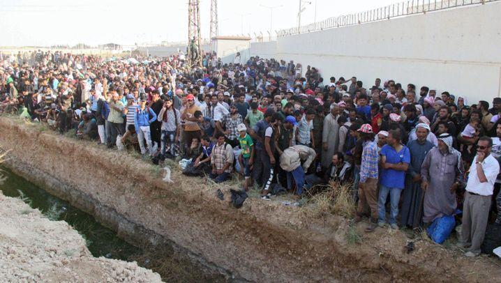 Syrien: Flüchtlinge aus Talll Abjad drängen in die Türkei