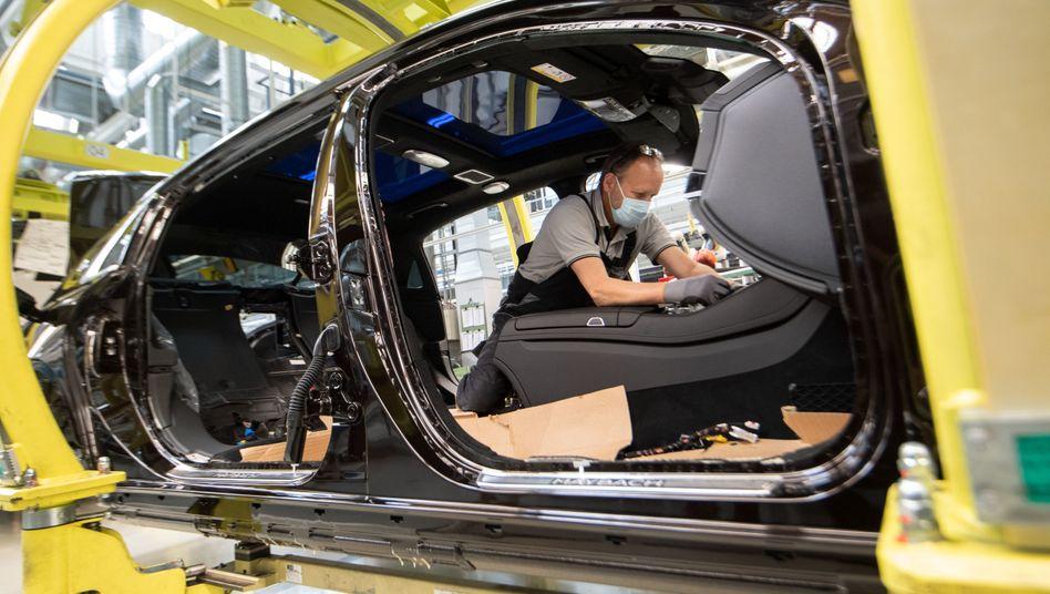 Daimler-Mitarbeiter bei der Produktion