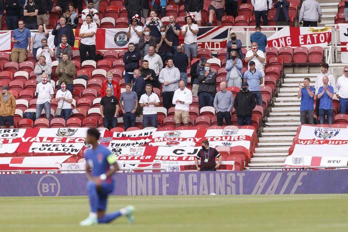 »Taking the knee«: Ein Teil der englischen Fans buhte, andere Anhänger applaudierten
