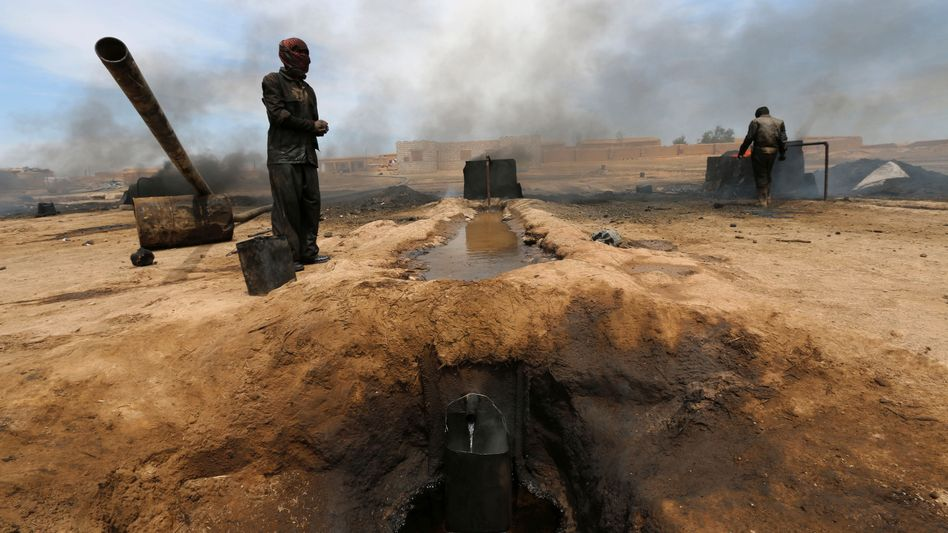 Syrische Ölraffinerie in Hassaka: Mit einfachen Mitteln wird der Rohstoff gefördert und aufbereitet