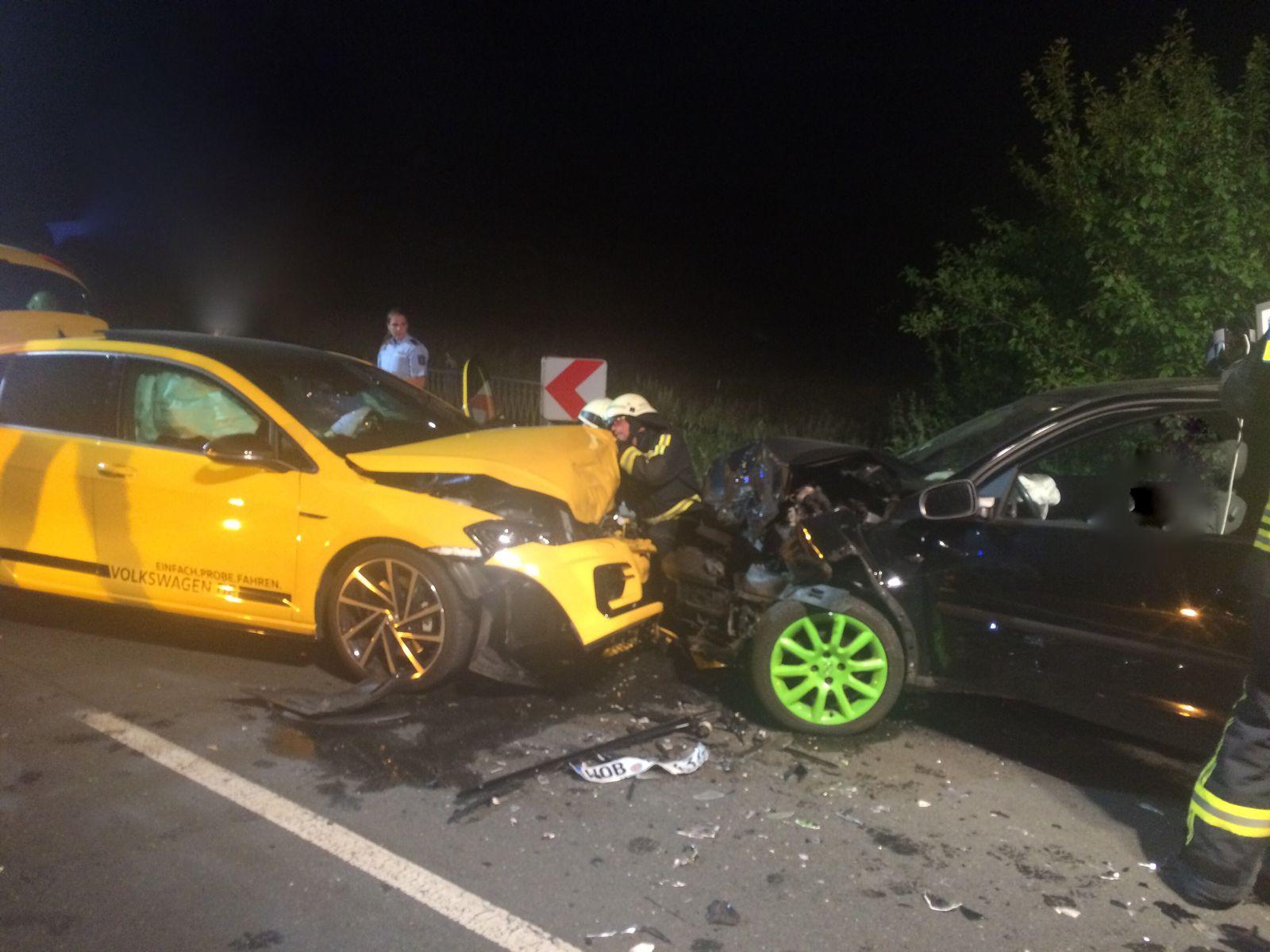 EINMALIGE VERWENDUNG Verkehrsunfall mit zwei PKW