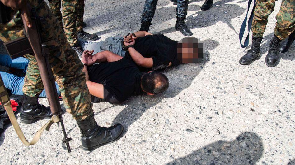Einsatz in Port-au-Prince: Am Boden liegen zwei der festgenommenen Tatverdächtigen