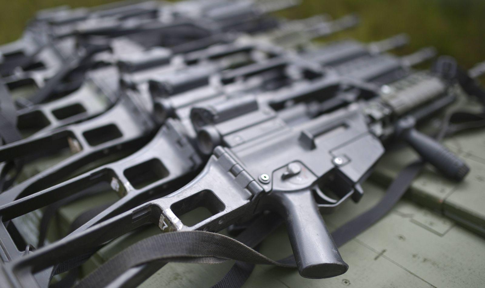 Mehrere Exemplare des Sturmgewehr G36 des Herstellers Heckler und Koch (Heckler & Koch) bei der Nato Uebung Noble Jump