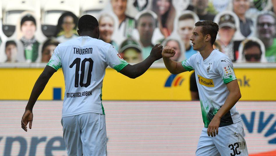 Florian Neuhaus (rechts) feiert seinen Treffer mit Teamkollege Marcus Thuram