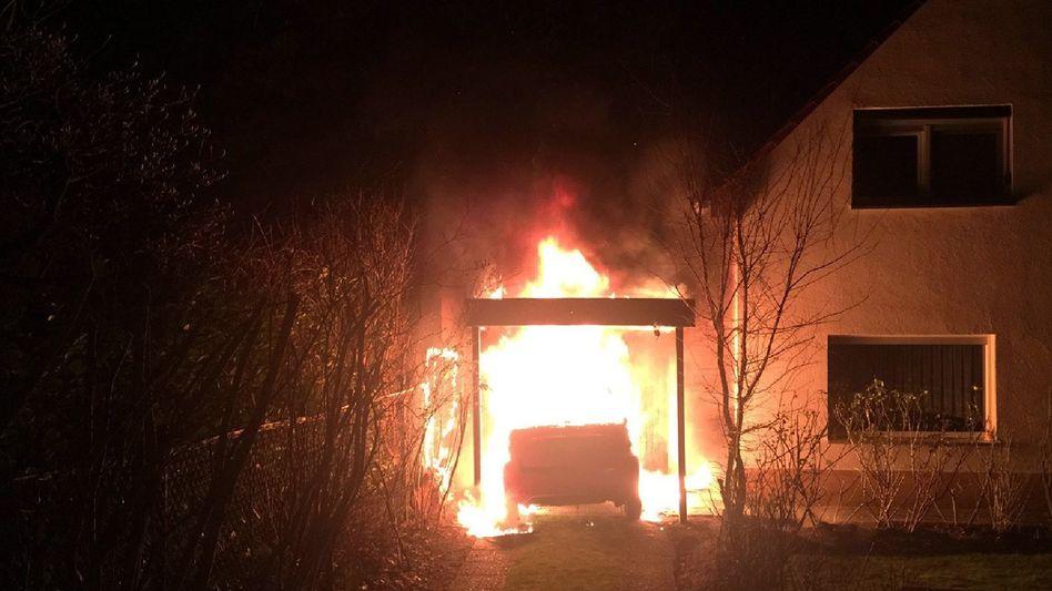 Ein brennendes Fahrzeug in der Garage eines Linkenpolitikers in Neukölln (Archivbild)
