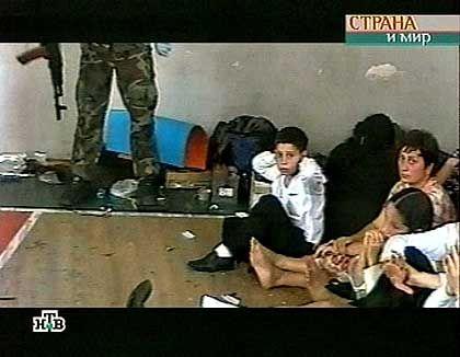 """Videobild von der Geiselnahme in Beslan: Seltsame Argumentation, die auf dem Begriff """"Verzweiflung"""" basiert"""