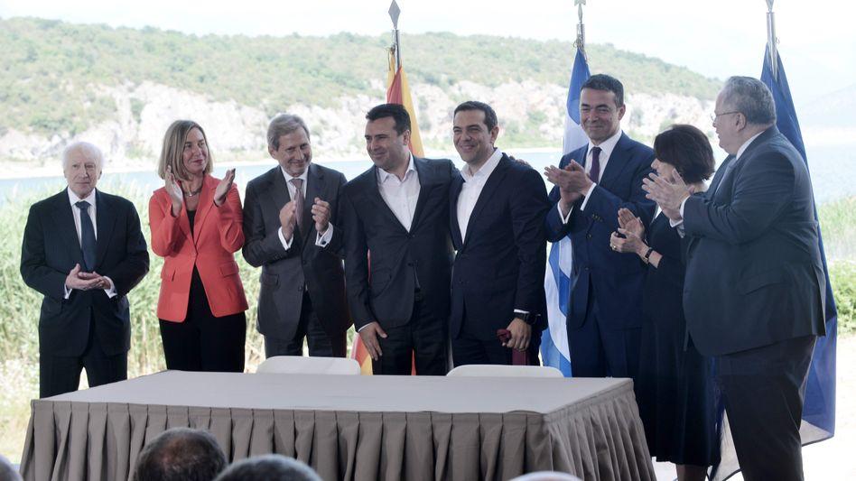 Applaus für Mazedoniens Regierungschef Zaev (Vierter von links) und Griechenlands Ministerpräsident Tsipras