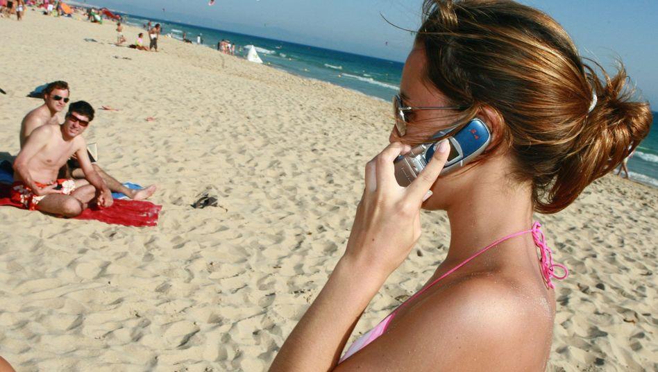 Telefonat am Strand: Roaming soll günstiger werden