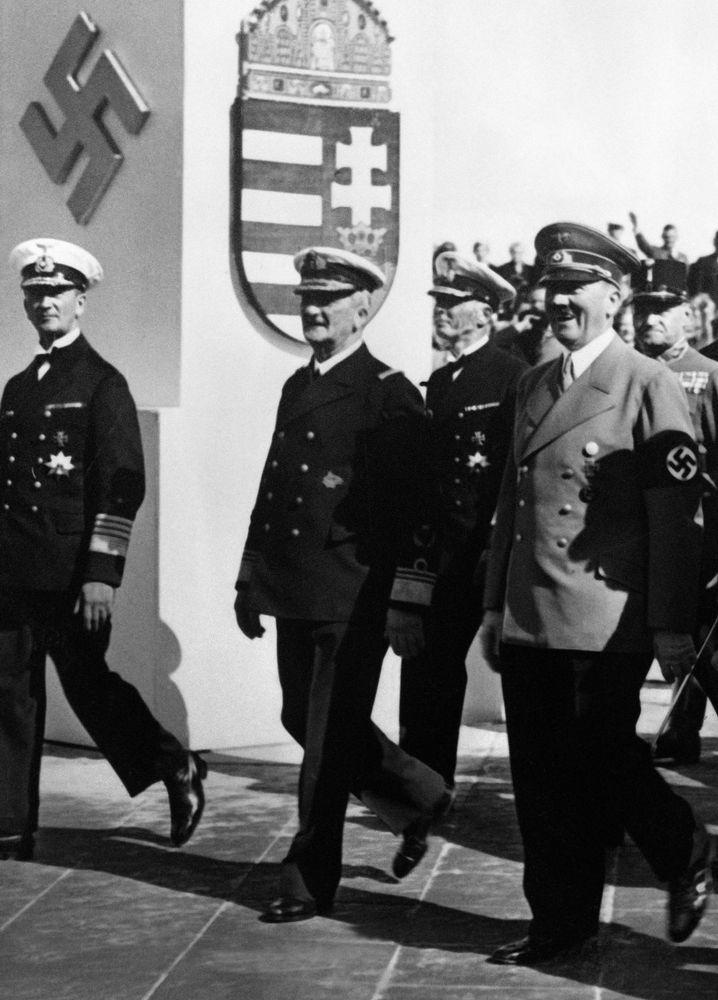 Adolf Hitler (rechts) im Jahr 1938 mit Miklos Horthy (2. v. l.)