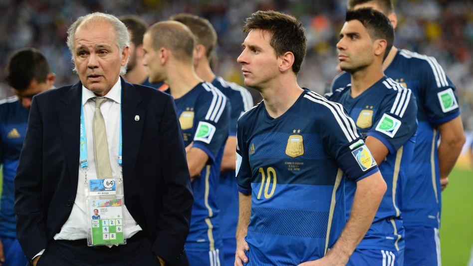 Trainer Sabella (l.), Superstar Messi: Trauer nach verlorenem Finale