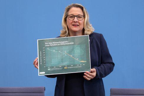 Umweltministern Svenja Schulze mit Diagramm zum verschärften Gesetz