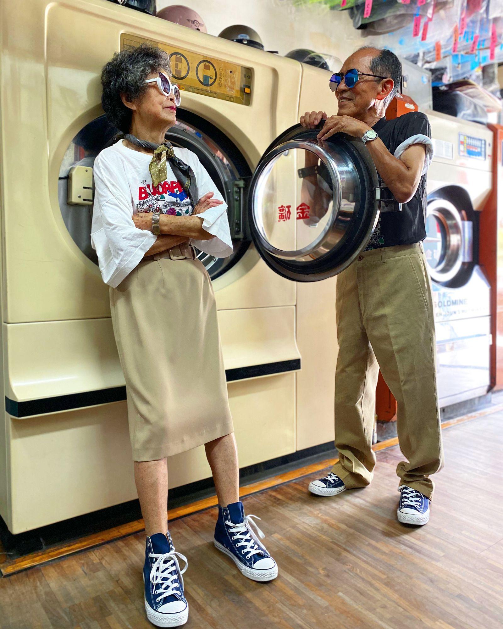 Wäscherei-Inhaber tragen nicht abgeholte Kleidung