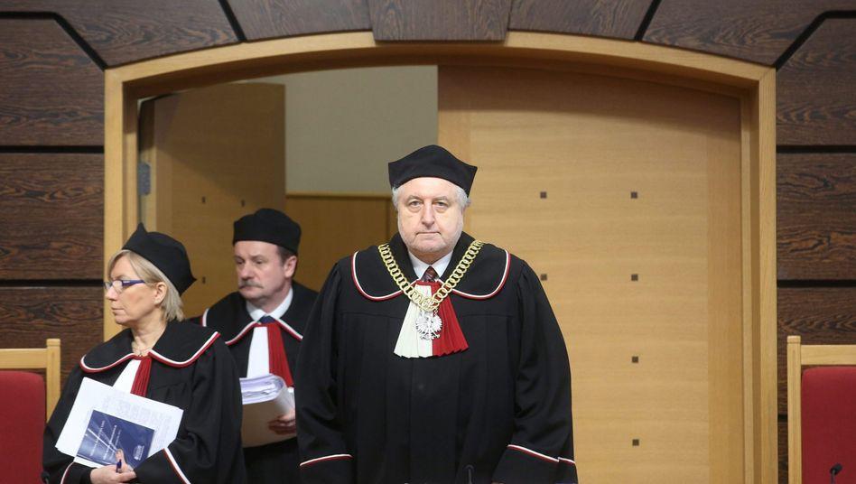 Gerichtspräsident Andrzej Rzeplinski (m.)