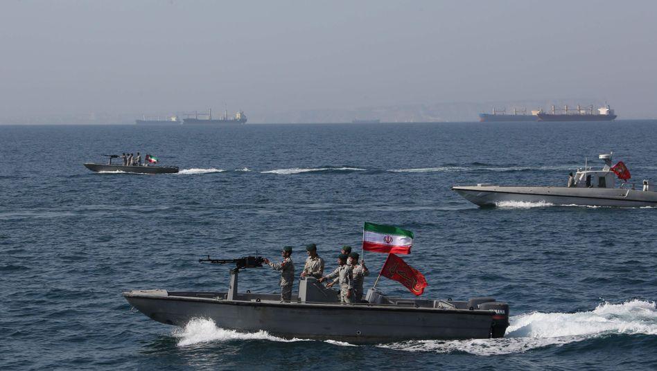Iranische Soldaten unterwegs in der Straße von Hormus (Archivfoto) - die Meerenge im Persischen Golf ist strategisch bedeutend und wichtig für den Ölhandel