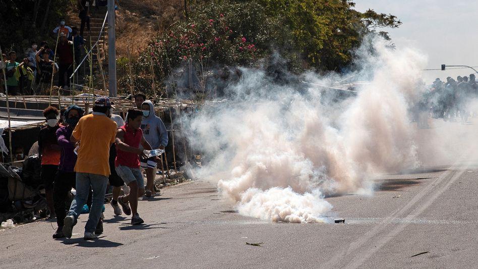 Polizisten haben gegen Migranten Tränengas eingesetzt
