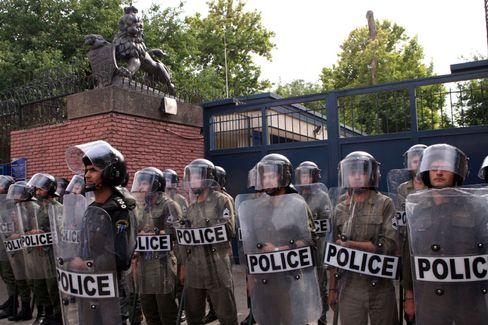 Polizisten vor der britischen Botschaft in Teheran: Diplomatische Krise zwischen Iran und Großbritannien