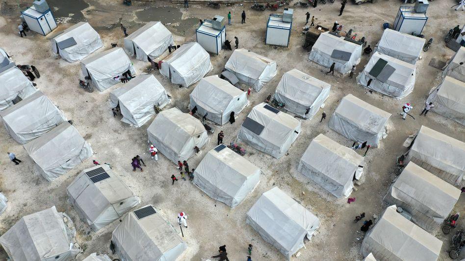 Luftaufnahme eines Camps für Binnenvertriebene im syrischen Idlib, das im April 2020 wegen der grassierenden Corona-Epidemie desinfiziert wird