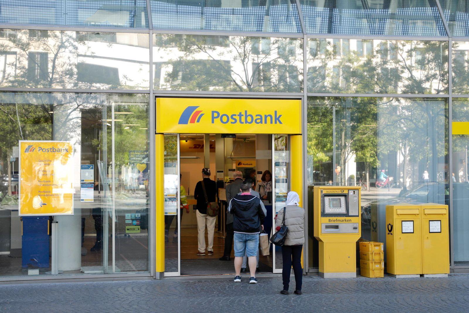 06.05.2020, Frankfurt am Main, Deutschland - Corona-Krise. Foto: Passanten mit Mundschutz stehen mit Mindestabstand in