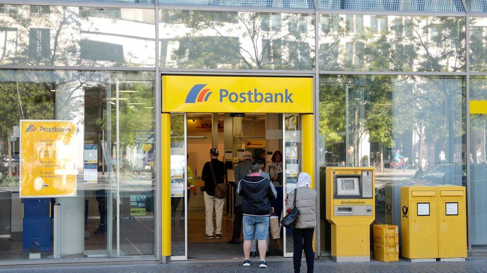 Postbank-Filiale in München: Negativzinsen für Neukunden erhöht