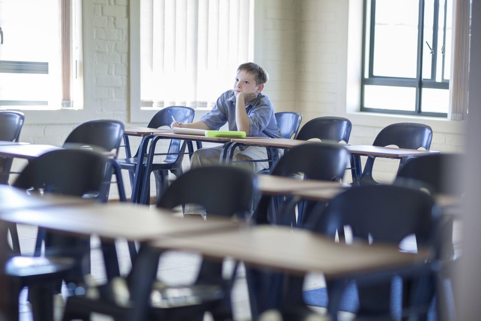 EINMALIGE VERWENDUNG Kind schule Nachsitzen allein