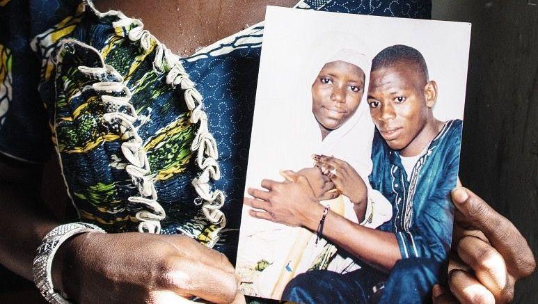 Witwe Diouma mit Hochzeitsfoto: Tod am Strand