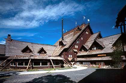 Old Faithful Inn: Das Hotel ganz aus Holz feiert im Juni 2004 seinen 100-jährigen Geburtstag