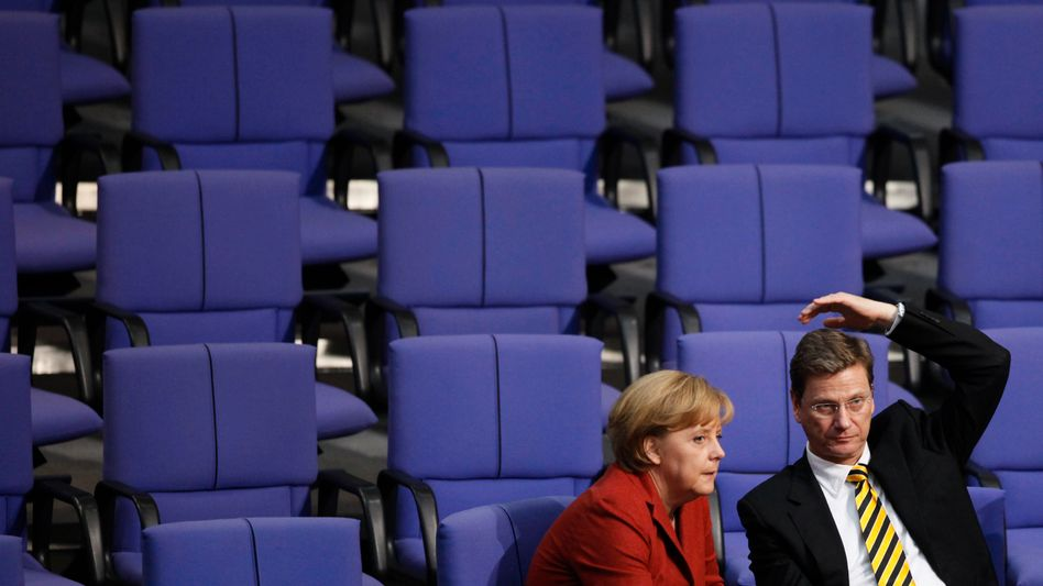 Bundeskanzlerin Merkel (l.) und FDP-Chef Westerwelle (r.): Chancen schwinden