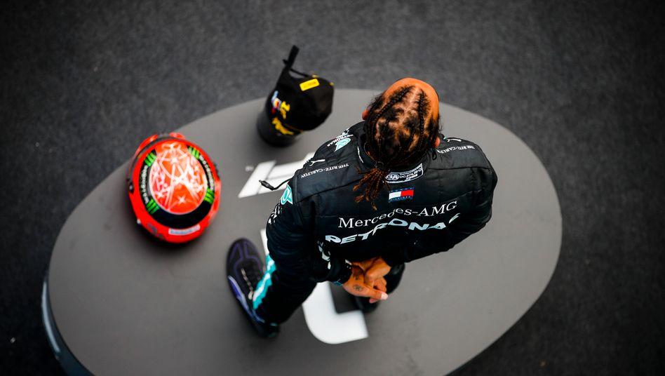 Mit Michael Schumachers Helm auf dem Podium feierte Lewis Hamilton seinen Rekordsieg