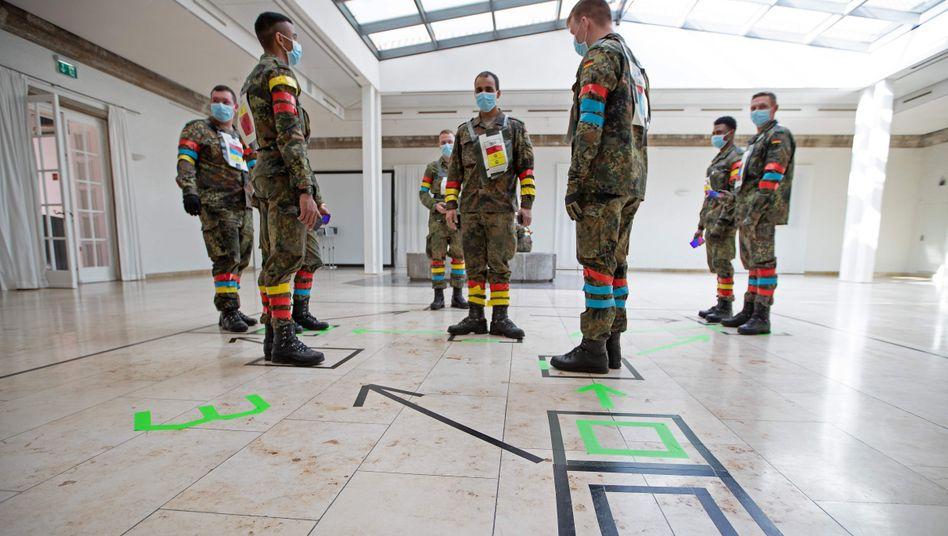 Bundeswehrsoldaten in der Julius-Leber-Kaserne in Berlin testen eine App, die nach Kontakt zu Coronavirus-Infizierten warnt