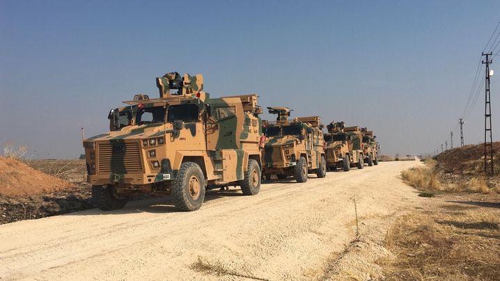 Ein Bild, zur Verfügung gestellt vom türkischen Militär, zeigt Militärfahrzeuge im Grenzgebiet zwischen der Türkei und Syrien