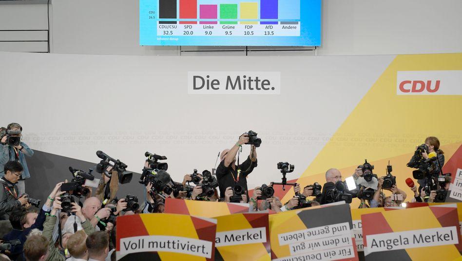 Wahlergebnisse auf einem Bildschirm im CDU-Wahlzentrum