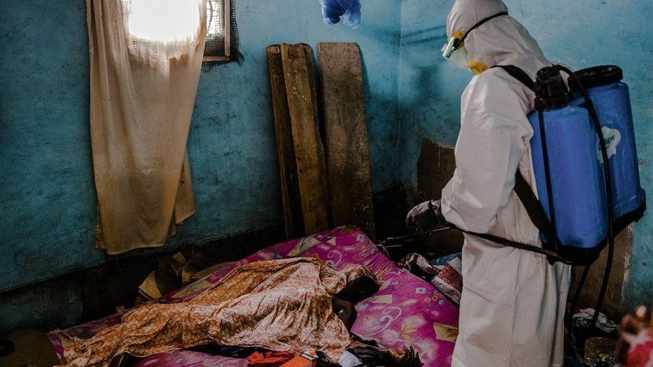 Seuchenbekämpfer bei einer Ebola-Toten in Monrovia