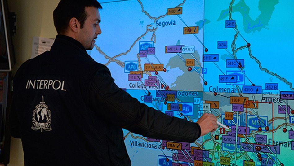 Interpol-Ermittler: Schlag gegen weltweit agierende Schmuggel- und Fälschungsnetzwerke