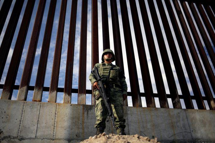 Ein Soldat bewacht die Grenze zu Mexiko