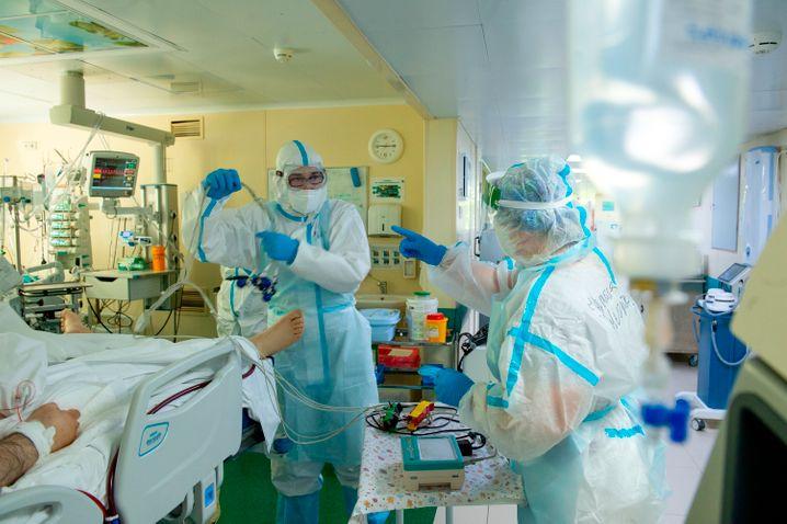 Krankenhauspersonal in Moskau bereitet sich auf die Behandlung eines Corona-Patienten vor
