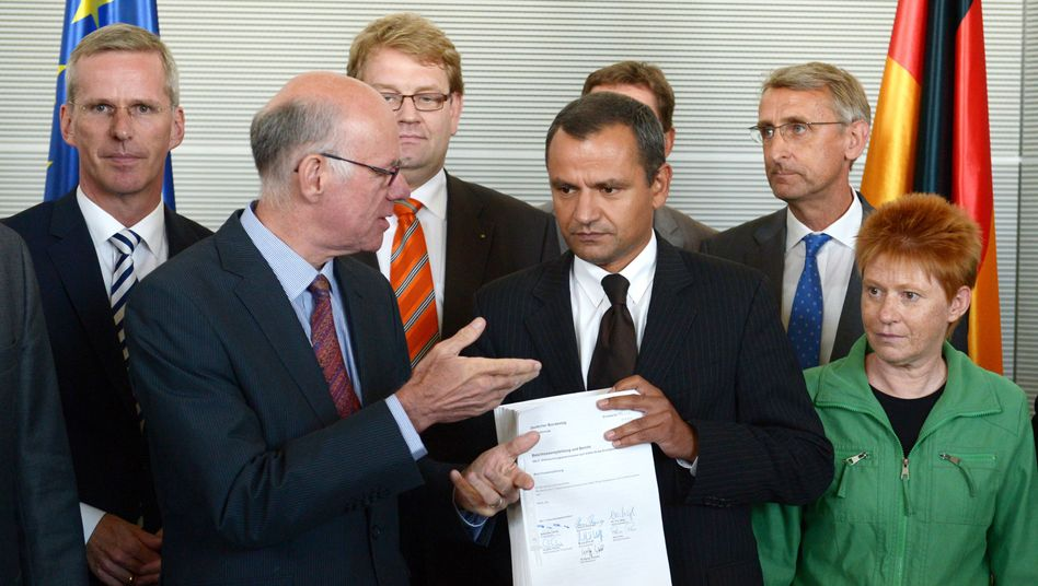 Bundestagspräsident Lammert, Ausschussvorsitzender Edathy (Mitte): Bericht übergeben