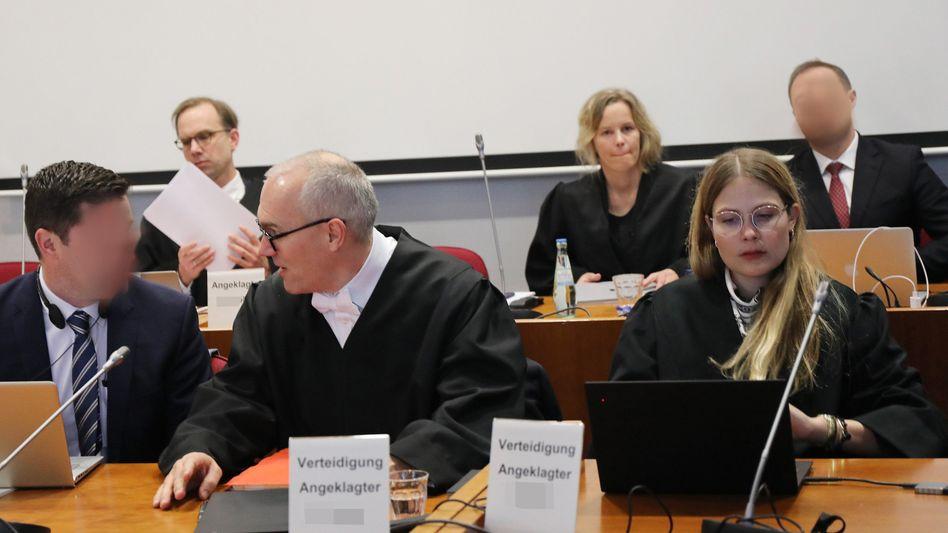 Die Angeklagten mit ihren Anwälten: Staatsanwaltschaft und Verteidigung hatten milde Strafen gefordert