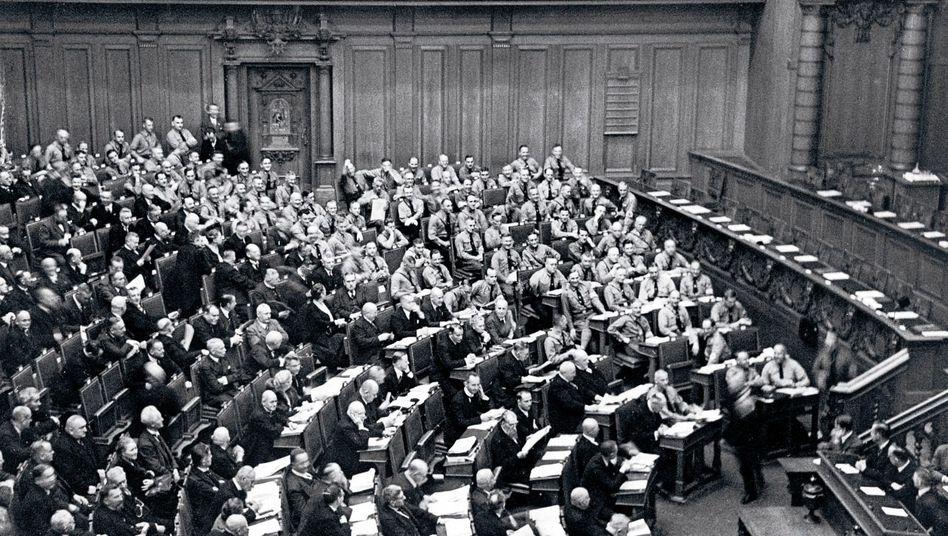 Sitzung im Reichstag, rechts außen die NSDAP-Abgeordneten im Braunhemd, Oktober 1930