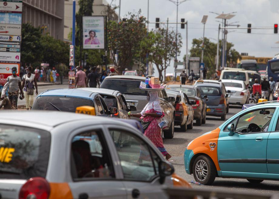 Eine Verkäuferin, die am Tag der Aufhebung des Lockdowns in Accra ihre Waren den wartenden Autofahrern anbietet