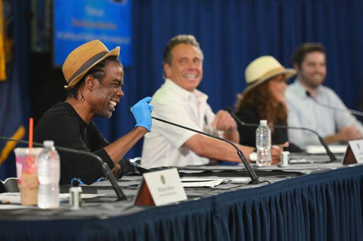 Chris Rock, Andrew Cuomo und Rosie Perez bei der Pressekonferenz in Brooklyn