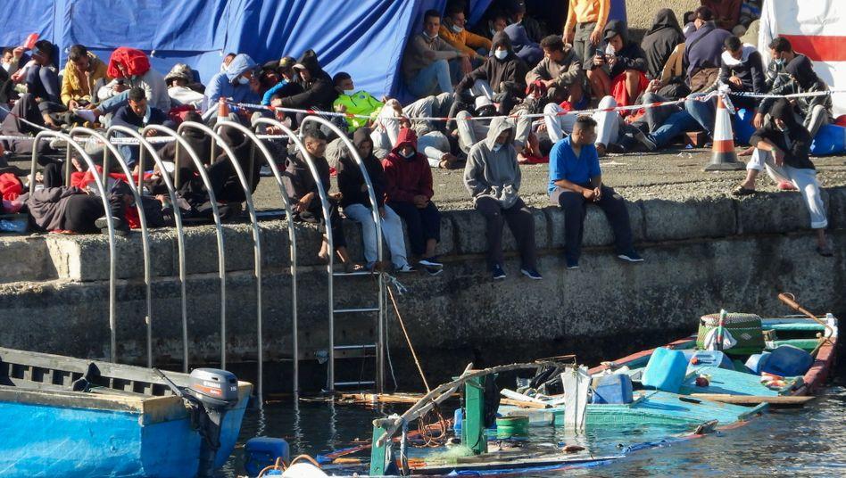 Überlebende im Hafen von Arguineguín: nicht genug Platz für 2000 Menschen