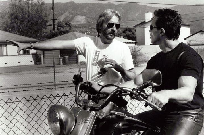 """Regisseur Cameron, Star Schwarzenegger 1991 (bei den Dreharbeiten zu """"Terminator 2"""": """"Eine Wucht, die man fast körperlich spürt"""""""